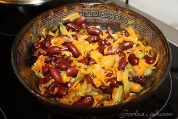 Салат с фасолью и солёными огурцами