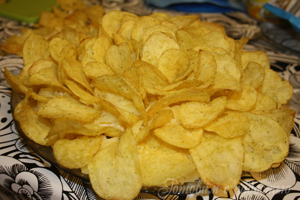 Салат жёлтая роза с чипсами